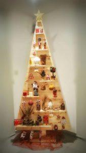 ξύλινο χριστουγεννιάτικο δεντράκι - διακοσμητικά και διάφορα χειροποίητα είδη - decorative and various handmade crafts - handicraftcyprus.com - όλα τα είδη χειροτεχνημάτων του εργαστηρίου μας. χειροποίητα δώρα, τάβλια με σκάλισμα και πυρογραφία, σκάκια σκαλιστά, ξύλινα ρολόγια με σκάλισμα, παιδικά κρεμμασταράκια με παιδικούς ήρωες, ξύλινες φιγούρες και σχήματα, σχέδιο με πυρογράφο σε νεροκολοκύθες, μπομπονιέρες βάφτισης, μπομπονιέρες γάμου γάμων, επιχειρηματικά δώρα, ξεχωριστά δώρα επιχειρήσεων, παλαίωση φωτογραφίας, μπαούλα σκαλιστά, κρεμμασταράκια τοίχου για κλειδιά, κρεμμαστάρια ρούχων σκαλιστά, σκαλιστές κορνίζες, χειροποίητοι καθρέφτες με σκάλισμα, εικόνες αγίων με σκάλισμα, παλαιωμένες εικόνες αγίων, διακοσμητικά είδη χειροποίητα, αξεσουάρ γραφείου, σχέδια σε ξύλο, ξυλογλυπτική, παλαίωση εικόνων, αγιογραφίες, πυρογραφία, χαλκογραφία, κορνίζες, καθρέφτες, χειροποίητα, βάφτιση, γάμος, επέτειος, Πάφος, Λευκωσία, Λεμεσός, Λάρνακα.