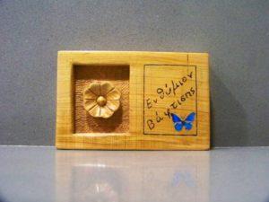 σκαλιστή μαργαρία μπομπονιέρα βάπτισης - χειροποίητες μπομπονιέρες - handmade bonbonniere - handicraftcyprus.com - όλα τα είδη χειροτεχνημάτων του εργαστηρίου μας. χειροποίητα δώρα, τάβλια με σκάλισμα και πυρογραφία, σκάκια σκαλιστά, ξύλινα ρολόγια με σκάλισμα, παιδικά κρεμμασταράκια με παιδικούς ήρωες, ξύλινες φιγούρες και σχήματα, σχέδιο με πυρογράφο σε νεροκολοκύθες, μπομπονιέρες βάφτισης, μπομπονιέρες γάμου γάμων, επιχειρηματικά δώρα, ξεχωριστά δώρα επιχειρήσεων, παλαίωση φωτογραφίας, μπαούλα σκαλιστά, κρεμμασταράκια τοίχου για κλειδιά, κρεμμαστάρια ρούχων σκαλιστά, σκαλιστές κορνίζες, χειροποίητοι καθρέφτες με σκάλισμα, εικόνες αγίων με σκάλισμα, παλαιωμένες εικόνες αγίων, διακοσμητικά είδη χειροποίητα, αξεσουάρ γραφείου, σχέδια σε ξύλο, ξυλογλυπτική, παλαίωση εικόνων, αγιογραφίες, πυρογραφία, χαλκογραφία, κορνίζες, καθρέφτες, χειροποίητα, βάφτιση, γάμος, επέτειος, Πάφος, Λευκωσία, Λεμεσός, Λάρνακα.