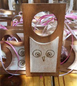 κουκουβάγια - χειροποίητες μπομπονιέρες - handmade bonbonniere - handicraftcyprus.com - όλα τα είδη χειροτεχνημάτων του εργαστηρίου μας. χειροποίητα δώρα, τάβλια με σκάλισμα και πυρογραφία, σκάκια σκαλιστά, ξύλινα ρολόγια με σκάλισμα, παιδικά κρεμμασταράκια με παιδικούς ήρωες, ξύλινες φιγούρες και σχήματα, σχέδιο με πυρογράφο σε νεροκολοκύθες, μπομπονιέρες βάφτισης, μπομπονιέρες γάμου γάμων, επιχειρηματικά δώρα, ξεχωριστά δώρα επιχειρήσεων, παλαίωση φωτογραφίας, μπαούλα σκαλιστά, κρεμμασταράκια τοίχου για κλειδιά, κρεμμαστάρια ρούχων σκαλιστά, σκαλιστές κορνίζες, χειροποίητοι καθρέφτες με σκάλισμα, εικόνες αγίων με σκάλισμα, παλαιωμένες εικόνες αγίων, διακοσμητικά είδη χειροποίητα, αξεσουάρ γραφείου, σχέδια σε ξύλο, ξυλογλυπτική, παλαίωση εικόνων, αγιογραφίες, πυρογραφία, χαλκογραφία, κορνίζες, καθρέφτες, χειροποίητα, βάφτιση, γάμος, επέτειος, Πάφος, Λευκωσία, Λεμεσός, Λάρνακα.