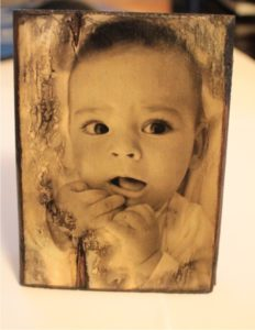 παλαίωση φωτογραφίας για βάφτιση - χειροποίητες μπομπονιέρες - handmade bonbonniere - handicraftcyprus.com - όλα τα είδη χειροτεχνημάτων του εργαστηρίου μας. χειροποίητα δώρα, τάβλια με σκάλισμα και πυρογραφία, σκάκια σκαλιστά, ξύλινα ρολόγια με σκάλισμα, παιδικά κρεμμασταράκια με παιδικούς ήρωες, ξύλινες φιγούρες και σχήματα, σχέδιο με πυρογράφο σε νεροκολοκύθες, μπομπονιέρες βάφτισης, μπομπονιέρες γάμου γάμων, επιχειρηματικά δώρα, ξεχωριστά δώρα επιχειρήσεων, παλαίωση φωτογραφίας, μπαούλα σκαλιστά, κρεμμασταράκια τοίχου για κλειδιά, κρεμμαστάρια ρούχων σκαλιστά, σκαλιστές κορνίζες, χειροποίητοι καθρέφτες με σκάλισμα, εικόνες αγίων με σκάλισμα, παλαιωμένες εικόνες αγίων, διακοσμητικά είδη χειροποίητα, αξεσουάρ γραφείου, σχέδια σε ξύλο, ξυλογλυπτική, παλαίωση εικόνων, αγιογραφίες, πυρογραφία, χαλκογραφία, κορνίζες, καθρέφτες, χειροποίητα, βάφτιση, γάμος, επέτειος, Πάφος, Λευκωσία, Λεμεσός, Λάρνακα.