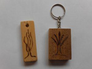 μπρελόκ χειροποίητα με πυρογραφία και αλυσίδα - handicraftcyprus.com - όλα τα είδη χειροτεχνημάτων του εργαστηρίου μας. χειροποίητα δώρα, τάβλια με σκάλισμα και πυρογραφία, σκάκια σκαλιστά, ξύλινα ρολόγια με σκάλισμα, παιδικά κρεμμασταράκια με παιδικούς ήρωες, ξύλινες φιγούρες και σχήματα, σχέδιο με πυρογράφο σε νεροκολοκύθες, μπομπονιέρες βάφτισης, μπομπονιέρες γάμου γάμων, επιχειρηματικά δώρα, ξεχωριστά δώρα επιχειρήσεων, παλαίωση φωτογραφίας, μπαούλα σκαλιστά, κρεμμασταράκια τοίχου για κλειδιά, κρεμμαστάρια ρούχων σκαλιστά, σκαλιστές κορνίζες, χειροποίητοι καθρέφτες με σκάλισμα, εικόνες αγίων με σκάλισμα, παλαιωμένες εικόνες αγίων, διακοσμητικά είδη χειροποίητα, αξεσουάρ γραφείου, σχέδια σε ξύλο, ξυλογλυπτική, παλαίωση εικόνων, αγιογραφίες, πυρογραφία, χαλκογραφία, κορνίζες, καθρέφτες, χειροποίητα, βάφτιση, γάμος, επέτειος, Πάφος, Λευκωσία, Λεμεσός, Λάρνακα.