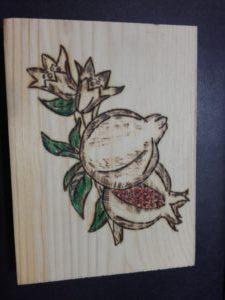 ρόδι - ξύλινες φιγούρες και σχέδια - handicraftcyprus.com - όλα τα είδη χειροτεχνημάτων του εργαστηρίου μας. χειροποίητα δώρα, τάβλια με σκάλισμα και πυρογραφία, σκάκια σκαλιστά, ξύλινα ρολόγια με σκάλισμα, παιδικά κρεμμασταράκια με παιδικούς ήρωες, ξύλινες φιγούρες και σχήματα, σχέδιο με πυρογράφο σε νεροκολοκύθες, μπομπονιέρες βάφτισης, μπομπονιέρες γάμου γάμων, επιχειρηματικά δώρα, ξεχωριστά δώρα επιχειρήσεων, παλαίωση φωτογραφίας, μπαούλα σκαλιστά, κρεμμασταράκια τοίχου για κλειδιά, κρεμμαστάρια ρούχων σκαλιστά, σκαλιστές κορνίζες, χειροποίητοι καθρέφτες με σκάλισμα, εικόνες αγίων με σκάλισμα, παλαιωμένες εικόνες αγίων, διακοσμητικά είδη χειροποίητα, αξεσουάρ γραφείου, σχέδια σε ξύλο, ξυλογλυπτική, παλαίωση εικόνων, αγιογραφίες, πυρογραφία, χαλκογραφία, κορνίζες, καθρέφτες, χειροποίητα, βάφτιση, γάμος, επέτειος, Πάφος, Λευκωσία, Λεμεσός, Λάρνακα.