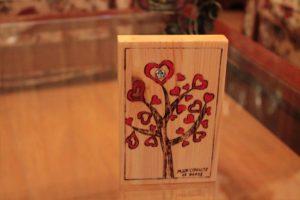 δεντράκι καρδία σχέδιο με πυρογραφία - ξύλινες φιγούρες και σχέδια - handicraftcyprus.com - όλα τα είδη χειροτεχνημάτων του εργαστηρίου μας. χειροποίητα δώρα, τάβλια με σκάλισμα και πυρογραφία, σκάκια σκαλιστά, ξύλινα ρολόγια με σκάλισμα, παιδικά κρεμμασταράκια με παιδικούς ήρωες, ξύλινες φιγούρες και σχήματα, σχέδιο με πυρογράφο σε νεροκολοκύθες, μπομπονιέρες βάφτισης, μπομπονιέρες γάμου γάμων, επιχειρηματικά δώρα, ξεχωριστά δώρα επιχειρήσεων, παλαίωση φωτογραφίας, μπαούλα σκαλιστά, κρεμμασταράκια τοίχου για κλειδιά, κρεμμαστάρια ρούχων σκαλιστά, σκαλιστές κορνίζες, χειροποίητοι καθρέφτες με σκάλισμα, εικόνες αγίων με σκάλισμα, παλαιωμένες εικόνες αγίων, διακοσμητικά είδη χειροποίητα, αξεσουάρ γραφείου, σχέδια σε ξύλο, ξυλογλυπτική, παλαίωση εικόνων, αγιογραφίες, πυρογραφία, χαλκογραφία, κορνίζες, καθρέφτες, χειροποίητα, βάφτιση, γάμος, επέτειος, Πάφος, Λευκωσία, Λεμεσός, Λάρνακα.