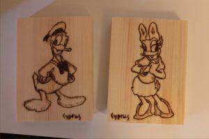 ντόλαντ νταίζυ σχέδιο με πυρογραφία - ξύλινες φιγούρες και σχέδια - handicraftcyprus.com - όλα τα είδη χειροτεχνημάτων του εργαστηρίου μας. χειροποίητα δώρα, τάβλια με σκάλισμα και πυρογραφία, σκάκια σκαλιστά, ξύλινα ρολόγια με σκάλισμα, παιδικά κρεμμασταράκια με παιδικούς ήρωες, ξύλινες φιγούρες και σχήματα, σχέδιο με πυρογράφο σε νεροκολοκύθες, μπομπονιέρες βάφτισης, μπομπονιέρες γάμου γάμων, επιχειρηματικά δώρα, ξεχωριστά δώρα επιχειρήσεων, παλαίωση φωτογραφίας, μπαούλα σκαλιστά, κρεμμασταράκια τοίχου για κλειδιά, κρεμμαστάρια ρούχων σκαλιστά, σκαλιστές κορνίζες, χειροποίητοι καθρέφτες με σκάλισμα, εικόνες αγίων με σκάλισμα, παλαιωμένες εικόνες αγίων, διακοσμητικά είδη χειροποίητα, αξεσουάρ γραφείου, σχέδια σε ξύλο, ξυλογλυπτική, παλαίωση εικόνων, αγιογραφίες, πυρογραφία, χαλκογραφία, κορνίζες, καθρέφτες, χειροποίητα, βάφτιση, γάμος, επέτειος, Πάφος, Λευκωσία, Λεμεσός, Λάρνακα.