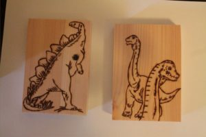 δεινοσαυράκια σχέδιο με πυρογραφία - ξύλινες φιγούρες και σχέδια - handicraftcyprus.com - όλα τα είδη χειροτεχνημάτων του εργαστηρίου μας. χειροποίητα δώρα, τάβλια με σκάλισμα και πυρογραφία, σκάκια σκαλιστά, ξύλινα ρολόγια με σκάλισμα, παιδικά κρεμμασταράκια με παιδικούς ήρωες, ξύλινες φιγούρες και σχήματα, σχέδιο με πυρογράφο σε νεροκολοκύθες, μπομπονιέρες βάφτισης, μπομπονιέρες γάμου γάμων, επιχειρηματικά δώρα, ξεχωριστά δώρα επιχειρήσεων, παλαίωση φωτογραφίας, μπαούλα σκαλιστά, κρεμμασταράκια τοίχου για κλειδιά, κρεμμαστάρια ρούχων σκαλιστά, σκαλιστές κορνίζες, χειροποίητοι καθρέφτες με σκάλισμα, εικόνες αγίων με σκάλισμα, παλαιωμένες εικόνες αγίων, διακοσμητικά είδη χειροποίητα, αξεσουάρ γραφείου, σχέδια σε ξύλο, ξυλογλυπτική, παλαίωση εικόνων, αγιογραφίες, πυρογραφία, χαλκογραφία, κορνίζες, καθρέφτες, χειροποίητα, βάφτιση, γάμος, επέτειος, Πάφος, Λευκωσία, Λεμεσός, Λάρνακα.