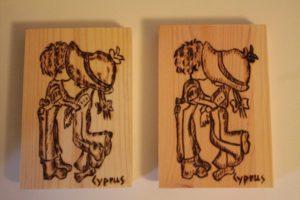 ζευγάρι αγάπη σχέδιο με πυρογραφία - ξύλινες φιγούρες και σχέδια - handicraftcyprus.com - όλα τα είδη χειροτεχνημάτων του εργαστηρίου μας. χειροποίητα δώρα, τάβλια με σκάλισμα και πυρογραφία, σκάκια σκαλιστά, ξύλινα ρολόγια με σκάλισμα, παιδικά κρεμμασταράκια με παιδικούς ήρωες, ξύλινες φιγούρες και σχήματα, σχέδιο με πυρογράφο σε νεροκολοκύθες, μπομπονιέρες βάφτισης, μπομπονιέρες γάμου γάμων, επιχειρηματικά δώρα, ξεχωριστά δώρα επιχειρήσεων, παλαίωση φωτογραφίας, μπαούλα σκαλιστά, κρεμμασταράκια τοίχου για κλειδιά, κρεμμαστάρια ρούχων σκαλιστά, σκαλιστές κορνίζες, χειροποίητοι καθρέφτες με σκάλισμα, εικόνες αγίων με σκάλισμα, παλαιωμένες εικόνες αγίων, διακοσμητικά είδη χειροποίητα, αξεσουάρ γραφείου, σχέδια σε ξύλο, ξυλογλυπτική, παλαίωση εικόνων, αγιογραφίες, πυρογραφία, χαλκογραφία, κορνίζες, καθρέφτες, χειροποίητα, βάφτιση, γάμος, επέτειος, Πάφος, Λευκωσία, Λεμεσός, Λάρνακα.