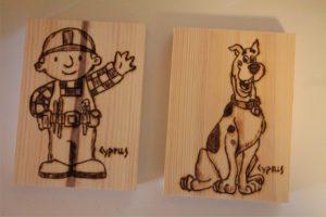 μπομπ ο μάστορας και σκούμπι ντου σχέδιο με πυρογραφία - ξύλινες φιγούρες και σχέδια - handicraftcyprus.com - όλα τα είδη χειροτεχνημάτων του εργαστηρίου μας. χειροποίητα δώρα, τάβλια με σκάλισμα και πυρογραφία, σκάκια σκαλιστά, ξύλινα ρολόγια με σκάλισμα, παιδικά κρεμμασταράκια με παιδικούς ήρωες, ξύλινες φιγούρες και σχήματα, σχέδιο με πυρογράφο σε νεροκολοκύθες, μπομπονιέρες βάφτισης, μπομπονιέρες γάμου γάμων, επιχειρηματικά δώρα, ξεχωριστά δώρα επιχειρήσεων, παλαίωση φωτογραφίας, μπαούλα σκαλιστά, κρεμμασταράκια τοίχου για κλειδιά, κρεμμαστάρια ρούχων σκαλιστά, σκαλιστές κορνίζες, χειροποίητοι καθρέφτες με σκάλισμα, εικόνες αγίων με σκάλισμα, παλαιωμένες εικόνες αγίων, διακοσμητικά είδη χειροποίητα, αξεσουάρ γραφείου, σχέδια σε ξύλο, ξυλογλυπτική, παλαίωση εικόνων, αγιογραφίες, πυρογραφία, χαλκογραφία, κορνίζες, καθρέφτες, χειροποίητα, βάφτιση, γάμος, επέτειος, Πάφος, Λευκωσία, Λεμεσός, Λάρνακα.
