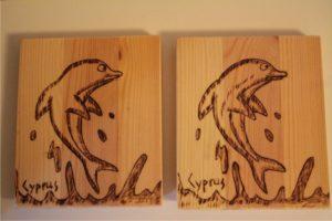δελφινάκι σχέδιο με πυρογραφία - ξύλινες φιγούρες και σχέδια - handicraftcyprus.com - όλα τα είδη χειροτεχνημάτων του εργαστηρίου μας. χειροποίητα δώρα, τάβλια με σκάλισμα και πυρογραφία, σκάκια σκαλιστά, ξύλινα ρολόγια με σκάλισμα, παιδικά κρεμμασταράκια με παιδικούς ήρωες, ξύλινες φιγούρες και σχήματα, σχέδιο με πυρογράφο σε νεροκολοκύθες, μπομπονιέρες βάφτισης, μπομπονιέρες γάμου γάμων, επιχειρηματικά δώρα, ξεχωριστά δώρα επιχειρήσεων, παλαίωση φωτογραφίας, μπαούλα σκαλιστά, κρεμμασταράκια τοίχου για κλειδιά, κρεμμαστάρια ρούχων σκαλιστά, σκαλιστές κορνίζες, χειροποίητοι καθρέφτες με σκάλισμα, εικόνες αγίων με σκάλισμα, παλαιωμένες εικόνες αγίων, διακοσμητικά είδη χειροποίητα, αξεσουάρ γραφείου, σχέδια σε ξύλο, ξυλογλυπτική, παλαίωση εικόνων, αγιογραφίες, πυρογραφία, χαλκογραφία, κορνίζες, καθρέφτες, χειροποίητα, βάφτιση, γάμος, επέτειος, Πάφος, Λευκωσία, Λεμεσός, Λάρνακα.