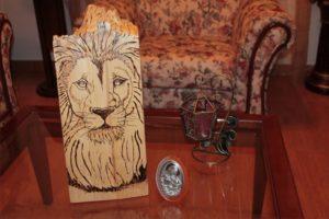 λιοντάρι - σχέδιο με πυρογραφία - ξύλινες φιγούρες και σχέδια - handicraftcyprus.com - όλα τα είδη χειροτεχνημάτων του εργαστηρίου μας. χειροποίητα δώρα, τάβλια με σκάλισμα και πυρογραφία, σκάκια σκαλιστά, ξύλινα ρολόγια με σκάλισμα, παιδικά κρεμμασταράκια με παιδικούς ήρωες, ξύλινες φιγούρες και σχήματα, σχέδιο με πυρογράφο σε νεροκολοκύθες, μπομπονιέρες βάφτισης, μπομπονιέρες γάμου γάμων, επιχειρηματικά δώρα, ξεχωριστά δώρα επιχειρήσεων, παλαίωση φωτογραφίας, μπαούλα σκαλιστά, κρεμμασταράκια τοίχου για κλειδιά, κρεμμαστάρια ρούχων σκαλιστά, σκαλιστές κορνίζες, χειροποίητοι καθρέφτες με σκάλισμα, εικόνες αγίων με σκάλισμα, παλαιωμένες εικόνες αγίων, διακοσμητικά είδη χειροποίητα, αξεσουάρ γραφείου, σχέδια σε ξύλο, ξυλογλυπτική, παλαίωση εικόνων, αγιογραφίες, πυρογραφία, χαλκογραφία, κορνίζες, καθρέφτες, χειροποίητα, βάφτιση, γάμος, επέτειος, Πάφος, Λευκωσία, Λεμεσός, Λάρνακα.