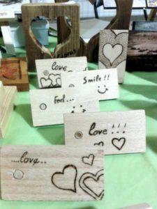 συναισθήματα αγάπης χαράς - σχέδιο με πυρογραφία - ξύλινες φιγούρες και σχέδια - handicraftcyprus.com - όλα τα είδη χειροτεχνημάτων του εργαστηρίου μας. χειροποίητα δώρα, τάβλια με σκάλισμα και πυρογραφία, σκάκια σκαλιστά, ξύλινα ρολόγια με σκάλισμα, παιδικά κρεμμασταράκια με παιδικούς ήρωες, ξύλινες φιγούρες και σχήματα, σχέδιο με πυρογράφο σε νεροκολοκύθες, μπομπονιέρες βάφτισης, μπομπονιέρες γάμου γάμων, επιχειρηματικά δώρα, ξεχωριστά δώρα επιχειρήσεων, παλαίωση φωτογραφίας, μπαούλα σκαλιστά, κρεμμασταράκια τοίχου για κλειδιά, κρεμμαστάρια ρούχων σκαλιστά, σκαλιστές κορνίζες, χειροποίητοι καθρέφτες με σκάλισμα, εικόνες αγίων με σκάλισμα, παλαιωμένες εικόνες αγίων, διακοσμητικά είδη χειροποίητα, αξεσουάρ γραφείου, σχέδια σε ξύλο, ξυλογλυπτική, παλαίωση εικόνων, αγιογραφίες, πυρογραφία, χαλκογραφία, κορνίζες, καθρέφτες, χειροποίητα, βάφτιση, γάμος, επέτειος, Πάφος, Λευκωσία, Λεμεσός, Λάρνακα.