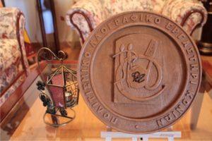 πολιτισμικό λαογραφικό εργαστήρι κονιών σκαλιστό λογότυπο - σχέδιο με πυρογραφία - ξύλινες φιγούρες και σχέδια - handicraftcyprus.com - όλα τα είδη χειροτεχνημάτων του εργαστηρίου μας. χειροποίητα δώρα, τάβλια με σκάλισμα και πυρογραφία, σκάκια σκαλιστά, ξύλινα ρολόγια με σκάλισμα, παιδικά κρεμμασταράκια με παιδικούς ήρωες, ξύλινες φιγούρες και σχήματα, σχέδιο με πυρογράφο σε νεροκολοκύθες, μπομπονιέρες βάφτισης, μπομπονιέρες γάμου γάμων, επιχειρηματικά δώρα, ξεχωριστά δώρα επιχειρήσεων, παλαίωση φωτογραφίας, μπαούλα σκαλιστά, κρεμμασταράκια τοίχου για κλειδιά, κρεμμαστάρια ρούχων σκαλιστά, σκαλιστές κορνίζες, χειροποίητοι καθρέφτες με σκάλισμα, εικόνες αγίων με σκάλισμα, παλαιωμένες εικόνες αγίων, διακοσμητικά είδη χειροποίητα, αξεσουάρ γραφείου, σχέδια σε ξύλο, ξυλογλυπτική, παλαίωση εικόνων, αγιογραφίες, πυρογραφία, χαλκογραφία, κορνίζες, καθρέφτες, χειροποίητα, βάφτιση, γάμος, επέτειος, Πάφος, Λευκωσία, Λεμεσός, Λάρνακα.