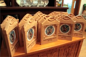 κοινοτικό συμβούλιο μεσόγης - ξύλινο ρολόι τοίχου σκαλιστό με πυρογραφία - handicraftcyprus.com - όλα τα είδη χειροτεχνημάτων του εργαστηρίου μας. χειροποίητα δώρα, τάβλια με σκάλισμα και πυρογραφία, σκάκια σκαλιστά, ξύλινα ρολόγια με σκάλισμα, παιδικά κρεμμασταράκια με παιδικούς ήρωες, ξύλινες φιγούρες και σχήματα, σχέδιο με πυρογράφο σε νεροκολοκύθες, μπομπονιέρες βάφτισης, μπομπονιέρες γάμου γάμων, επιχειρηματικά δώρα, ξεχωριστά δώρα επιχειρήσεων, παλαίωση φωτογραφίας, μπαούλα σκαλιστά, κρεμμασταράκια τοίχου για κλειδιά, κρεμμαστάρια ρούχων σκαλιστά, σκαλιστές κορνίζες, χειροποίητοι καθρέφτες με σκάλισμα, εικόνες αγίων με σκάλισμα, παλαιωμένες εικόνες αγίων, διακοσμητικά είδη χειροποίητα, αξεσουάρ γραφείου, σχέδια σε ξύλο, ξυλογλυπτική, παλαίωση εικόνων, αγιογραφίες, πυρογραφία, χαλκογραφία, κορνίζες, καθρέφτες, χειροποίητα, βάφτιση, γάμος, επέτειος, Πάφος, Λευκωσία, Λεμεσός, Λάρνακα.