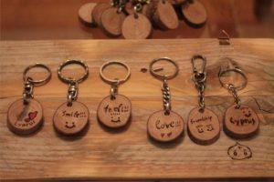 χειροποίητα μπρελόκ από ξύλο ελιάς πεύκου - handmade keyrings from olive wood - handicraftcyprus.com - όλα τα είδη χειροτεχνημάτων του εργαστηρίου μας. χειροποίητα δώρα, τάβλια με σκάλισμα και πυρογραφία, σκάκια σκαλιστά, ξύλινα ρολόγια με σκάλισμα, παιδικά κρεμμασταράκια με παιδικούς ήρωες, ξύλινες φιγούρες και σχήματα, σχέδιο με πυρογράφο σε νεροκολοκύθες, μπομπονιέρες βάφτισης, μπομπονιέρες γάμου γάμων, επιχειρηματικά δώρα, ξεχωριστά δώρα επιχειρήσεων, παλαίωση φωτογραφίας, μπαούλα σκαλιστά, κρεμμασταράκια τοίχου για κλειδιά, κρεμμαστάρια ρούχων σκαλιστά, σκαλιστές κορνίζες, χειροποίητοι καθρέφτες με σκάλισμα, εικόνες αγίων με σκάλισμα, παλαιωμένες εικόνες αγίων, διακοσμητικά είδη χειροποίητα, αξεσουάρ γραφείου, σχέδια σε ξύλο, ξυλογλυπτική, παλαίωση εικόνων, αγιογραφίες, πυρογραφία, χαλκογραφία, κορνίζες, καθρέφτες, χειροποίητα, βάφτιση, γάμος, επέτειος, Πάφος, Λευκωσία, Λεμεσός, Λάρνακα.
