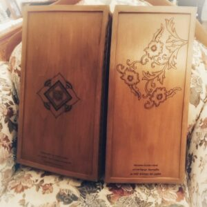 tavli xeiropoiito kypros monadiko doro handmade backgammon board cyprus unique gift pyrografia pyrographos - handicraftcyprus.com - όλα τα είδη χειροτεχνημάτων του εργαστηρίου μας. χειροποίητα δώρα, τάβλια με σκάλισμα και πυρογραφία, σκάκια σκαλιστά, ξύλινα ρολόγια με σκάλισμα, παιδικά κρεμμασταράκια με παιδικούς ήρωες, ξύλινες φιγούρες και σχήματα, σχέδιο με πυρογράφο σε νεροκολοκύθες, μπομπονιέρες βάφτισης, μπομπονιέρες γάμου γάμων, επιχειρηματικά δώρα, ξεχωριστά δώρα επιχειρήσεων, παλαίωση φωτογραφίας, μπαούλα σκαλιστά, κρεμμασταράκια τοίχου για κλειδιά, κρεμμαστάρια ρούχων σκαλιστά, σκαλιστές κορνίζες, χειροποίητοι καθρέφτες με σκάλισμα, εικόνες αγίων με σκάλισμα, παλαιωμένες εικόνες αγίων, διακοσμητικά είδη χειροποίητα, αξεσουάρ γραφείου, σχέδια σε ξύλο, ξυλογλυπτική, παλαίωση εικόνων, αγιογραφίες, πυρογραφία, χαλκογραφία, κορνίζες, σανίδες κοπής φρούτων λαχανικών, handmade endgrain cutting board, καθρέφτες, χειροποίητα, βάφτιση, γάμος, επέτειος, Πάφος, Λευκωσία, Λεμεσός, Λάρνακα